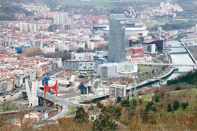 畢爾包堪稱西班牙北部最美城市,左下紅橋旁的絕美建築就是古根漢美術館。 圖/陳志光
