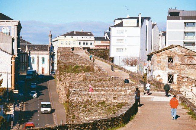 盧哥Lugo在舊城牆的兩側,發展出不同的面相。 圖/陳志光