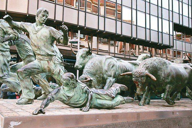 潘普洛納街上有「奔牛節」的栩栩如生的銅雕。 圖/陳志光