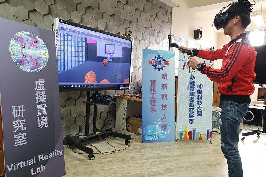明新科大參加23、24日大學博覽會,台北、台中場皆設置VR投籃遊戲提供體驗。 明...