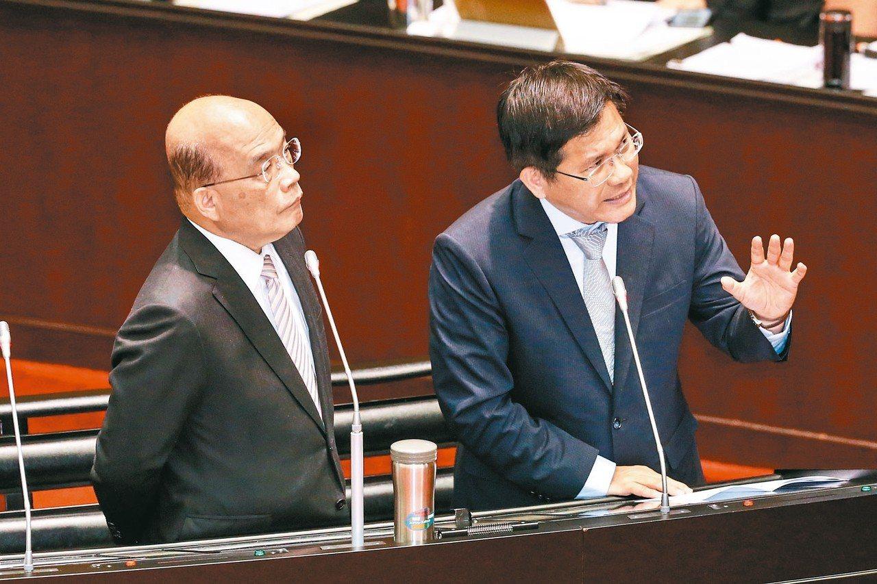 行政院長蘇貞昌(左)與交通部長林佳龍(右)上午到立法院進行施政方針報告並備質詢。...