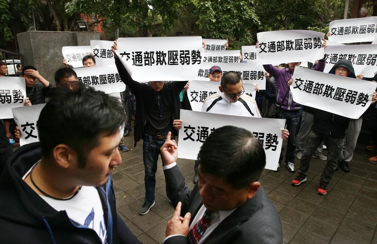 小客車租賃商業公會在台北緊急召開開記者會,痛批俗稱「Uber條款」的汽車運輸業管...