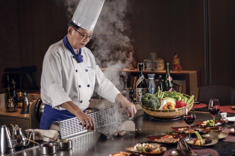 「煉.瓦」鐵板燒主廚劉啟庠料理側拍。 台南大員皇冠假日酒店/提供