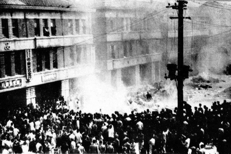 1947年2月28日上午,民眾包圍臺灣省專賣局臺北分局的景況。 圖/維基共享
