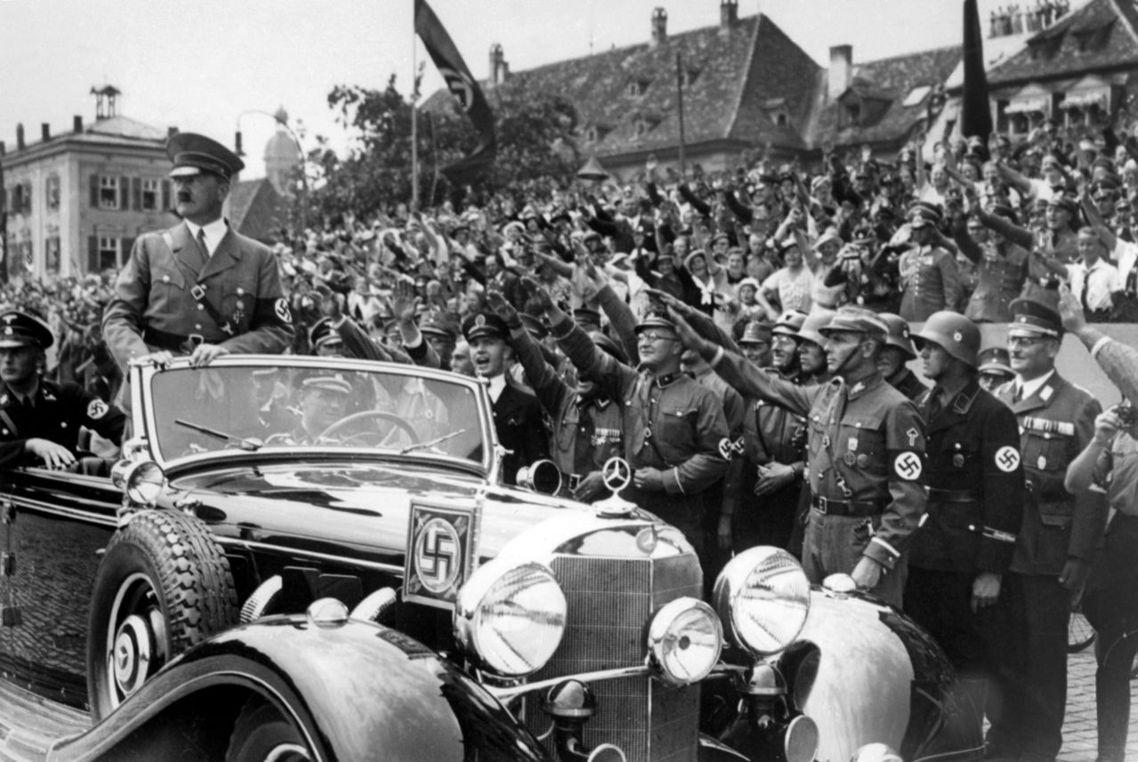 圖為納粹黨衛軍與衝鋒隊(SA)簇擁下的希特勒。 圖/法新社