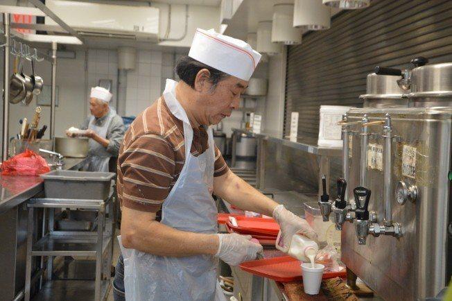 70歲的黃木元目前在紐約法拉盛王子街老人中心擔任廚師。(記者牟蘭/攝影)