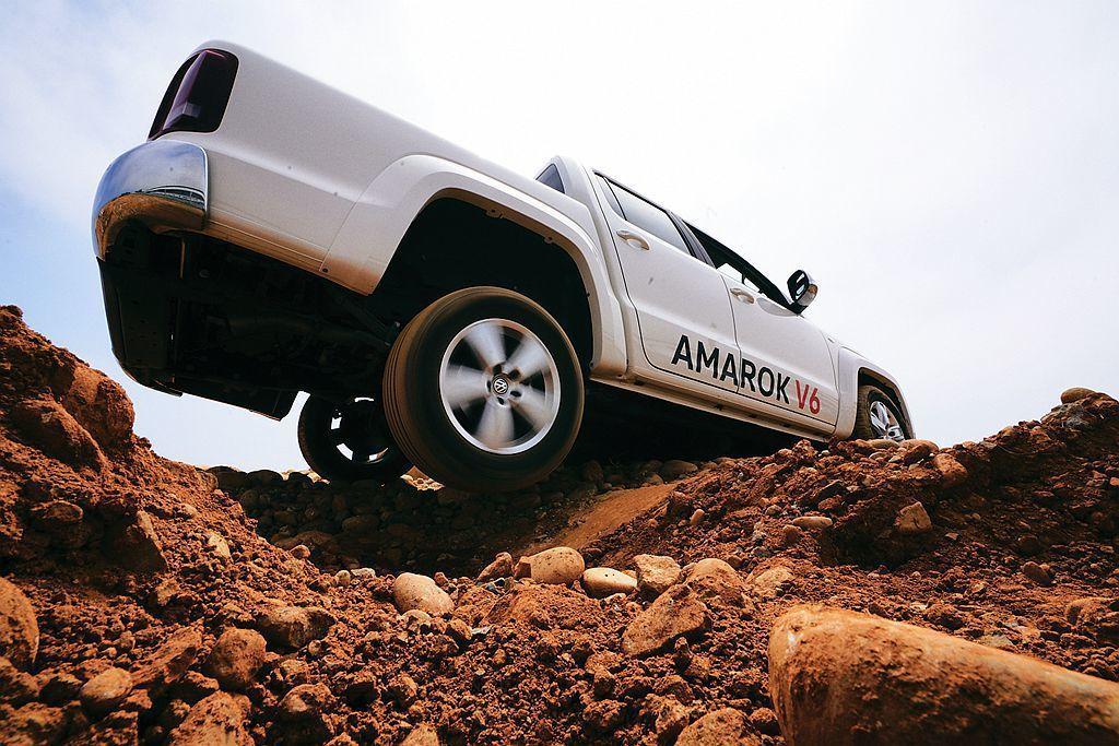 機械式後軸差速器鎖定能在車輛面臨低抓地力、泥濘或高低差路面時,即使一個後車輪懸空...