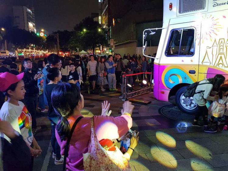 花車展示期間,吸引許多粉絲前來拍照打卡。記者陳睿中/攝影