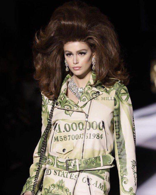 Moschino在米蘭時裝周發表秋冬系列作品,搞怪設計師Jeremy Scott...
