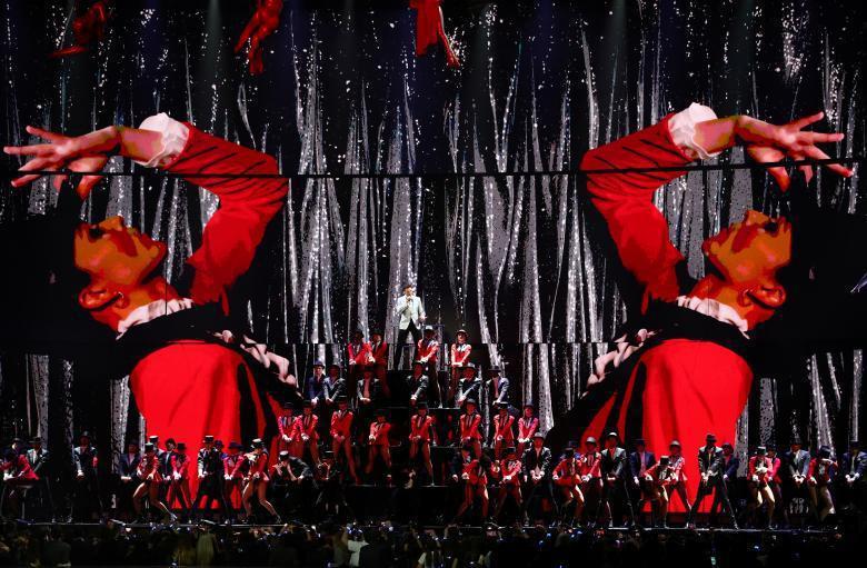 全英音樂獎由休傑克曼與舞群搭配的開場表演,大受好評。圖/路透