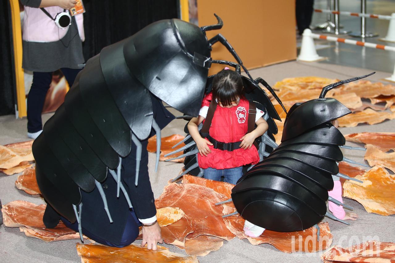 最夯的親子展「變變變!MOVE生物體驗展」上午突破全球30萬看展人數,展覽內有變...