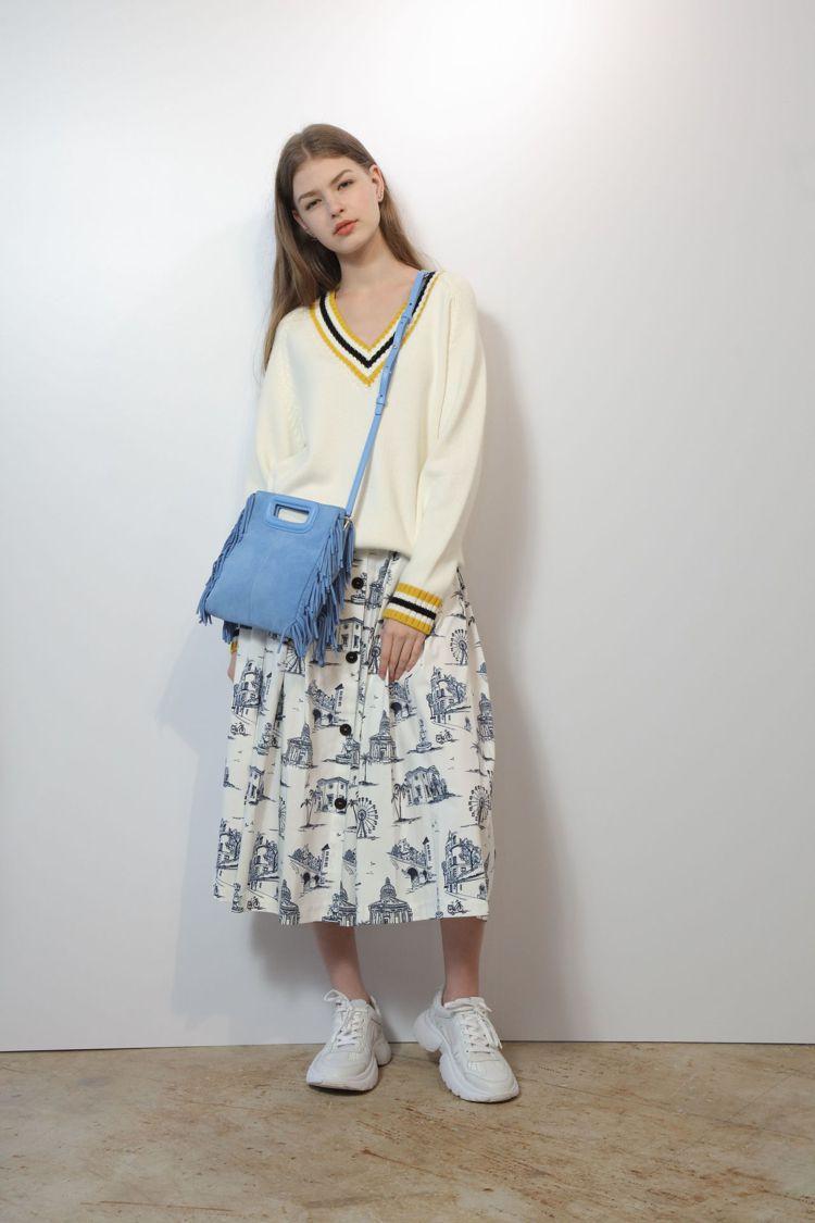 Maje緄邊V領毛衣10,440元、插畫風格百褶裙9,050元、藍色麂皮流蘇肩背...