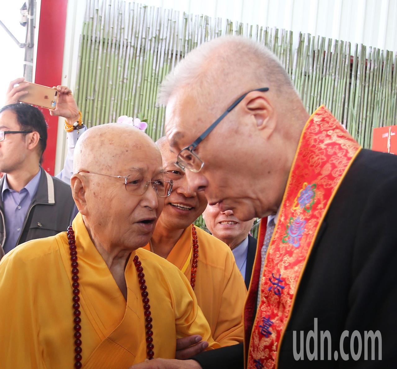 國民黨主席吳敦義(右)到高雄光德寺參加祈福法會,住持淨心長老(左)親自迎接。記者...