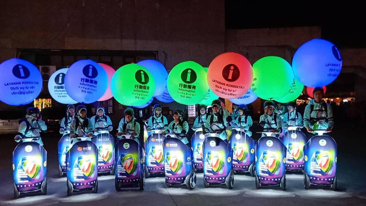 屏東縣政府首創以賽格威電動代步車穿梭燈區的「行動服務志工車隊」,在快速掌握燈區現...