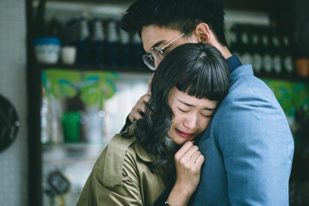 鍾瑶戲中哭倒在王家梁懷中。圖/東森提供