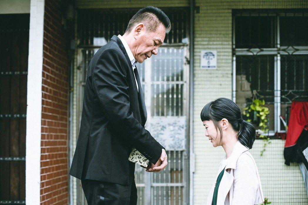 鍾瑶在戲裡向父親龍劭華下跪懺悔。圖/東森提供