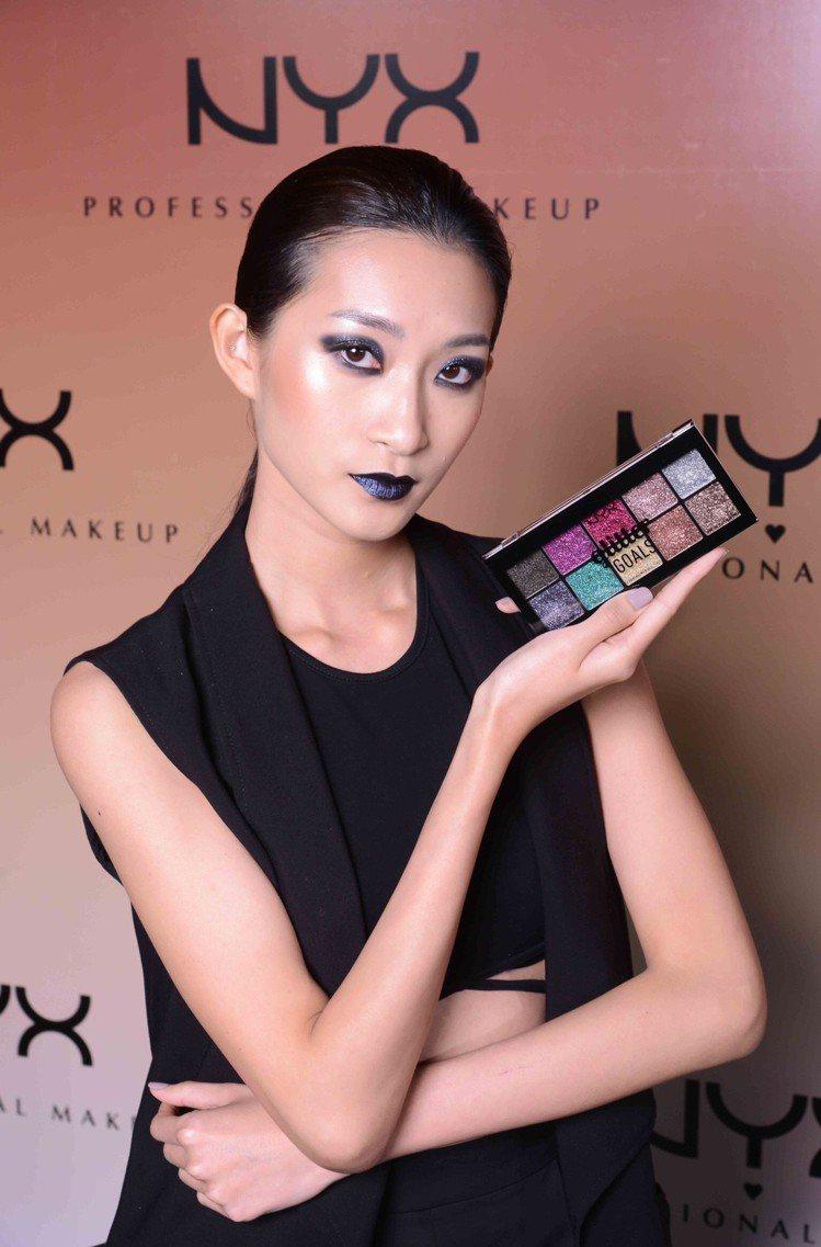 Miss Fame打造藍灰色系閃眼煙燻妝。圖/NYX提供