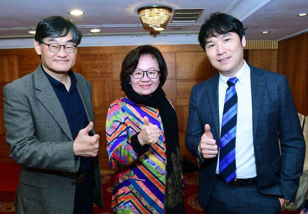 華視董事長陳郁秀(中)及總經理莊豐嘉(左)跟副總劉俊麟一起為華視打拼。圖華視提供