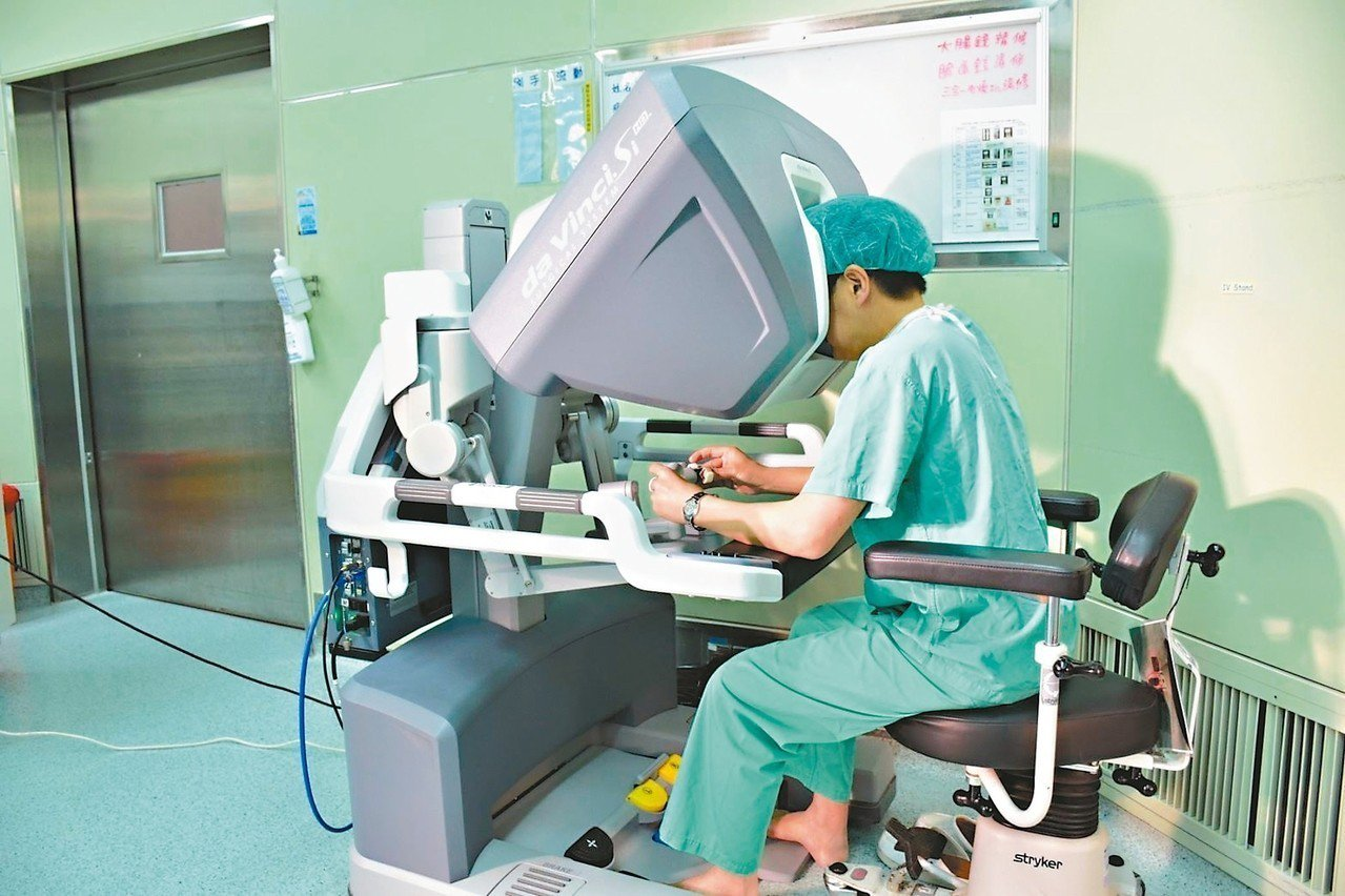 醫師操作達文西機械手臂手術的實況。 圖╱彰濱秀傳醫院提供