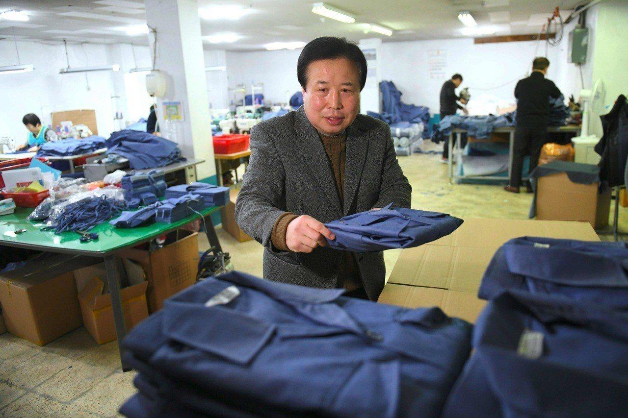 在開城工業區經營紡織工廠的朴容萬。 (法新社)