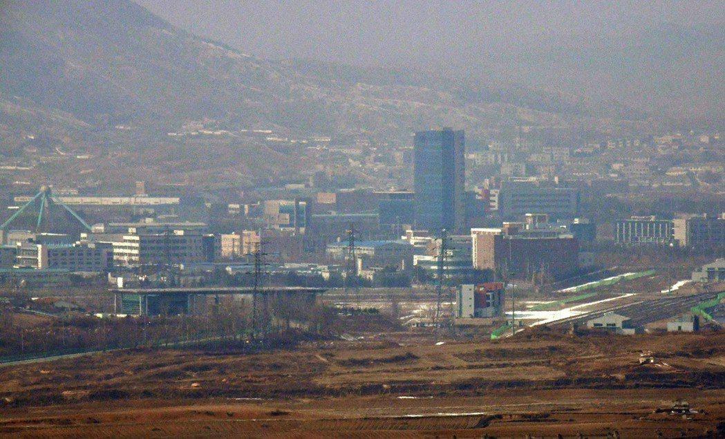 2004年開始運作的開城工業區,距離兩韓邊界僅1公里。 (法新社)