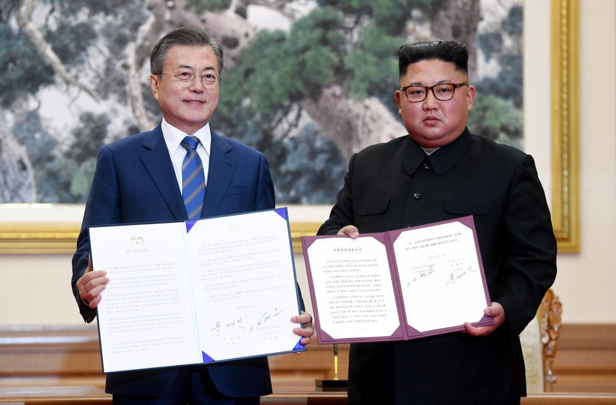 文在寅與金正恩去年簽署平壤共同宣言。 (路透)