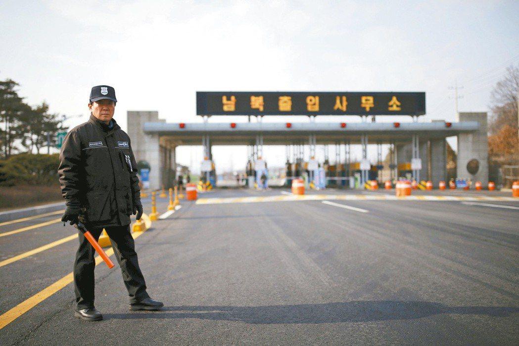 一名南韓守衛在通往北韓開城工業區的道路上待命。  (路透)