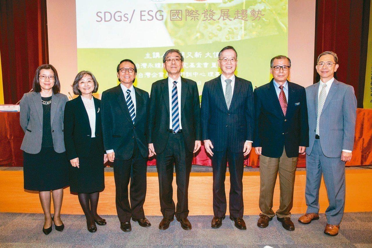 中華公司治理協會昨天舉行「邁向企業永續治理,增加公司長期價值」研討會,會前合影。...