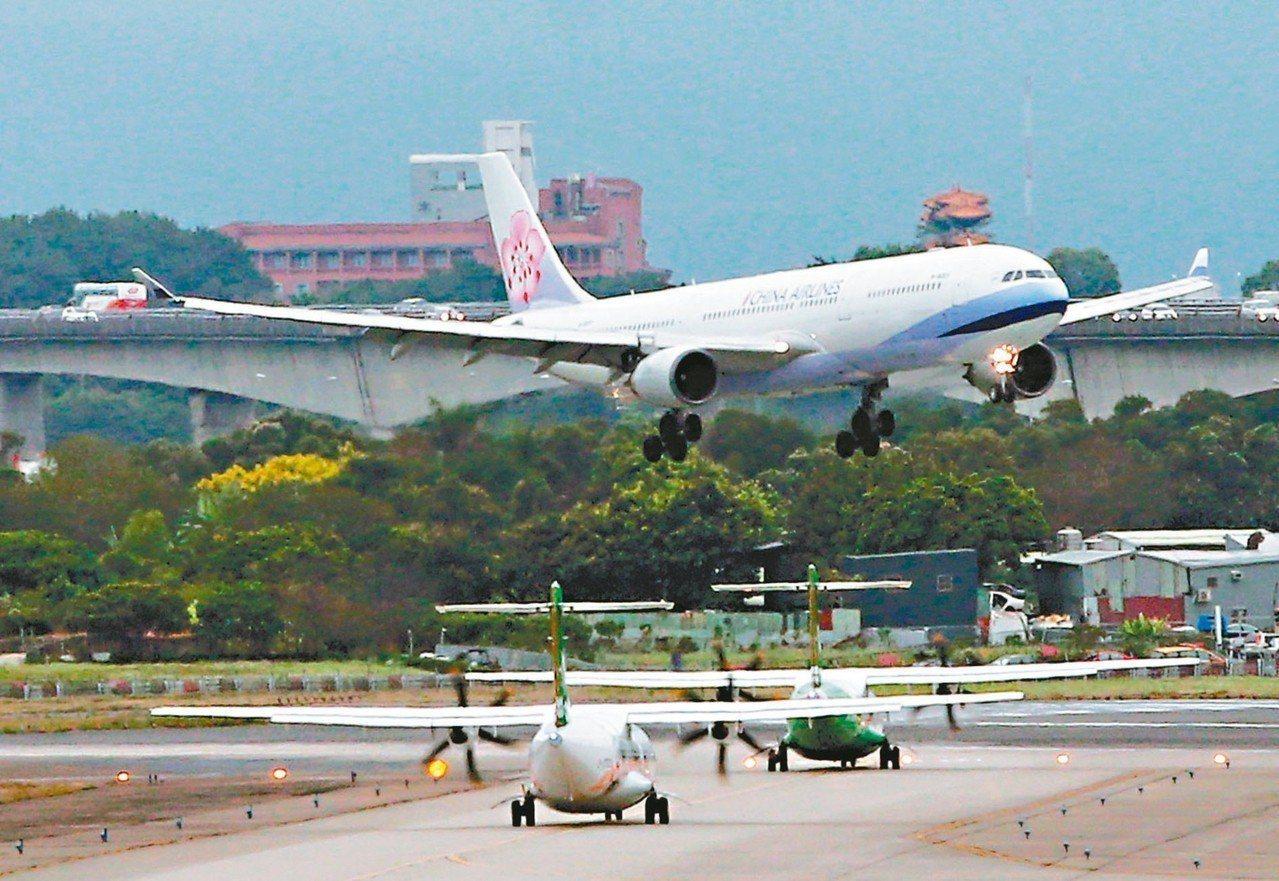 華航機師罷工落幕,也讓大家看到航空業經營上面所面臨的兩大壓力,人力成本及高油價影...