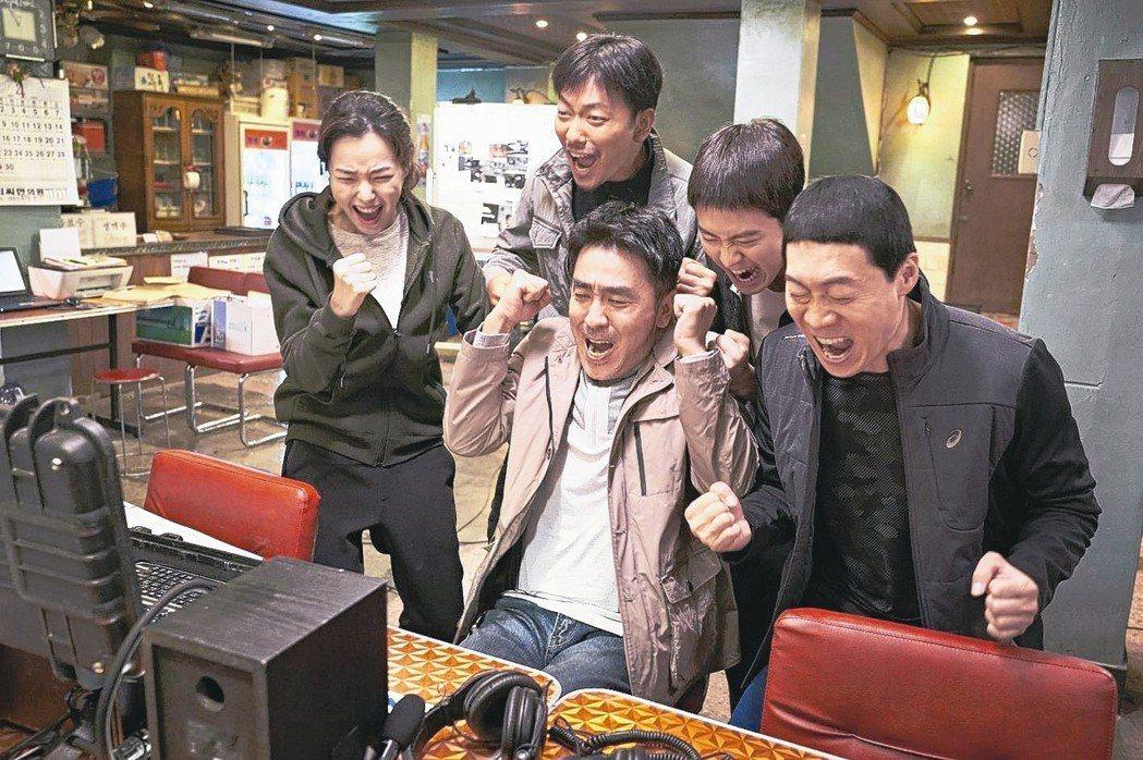「雞不可失」描述一群警探為了抓毒販硬著頭皮臥底賣炸雞,笑料百出的故事。 圖/Ca