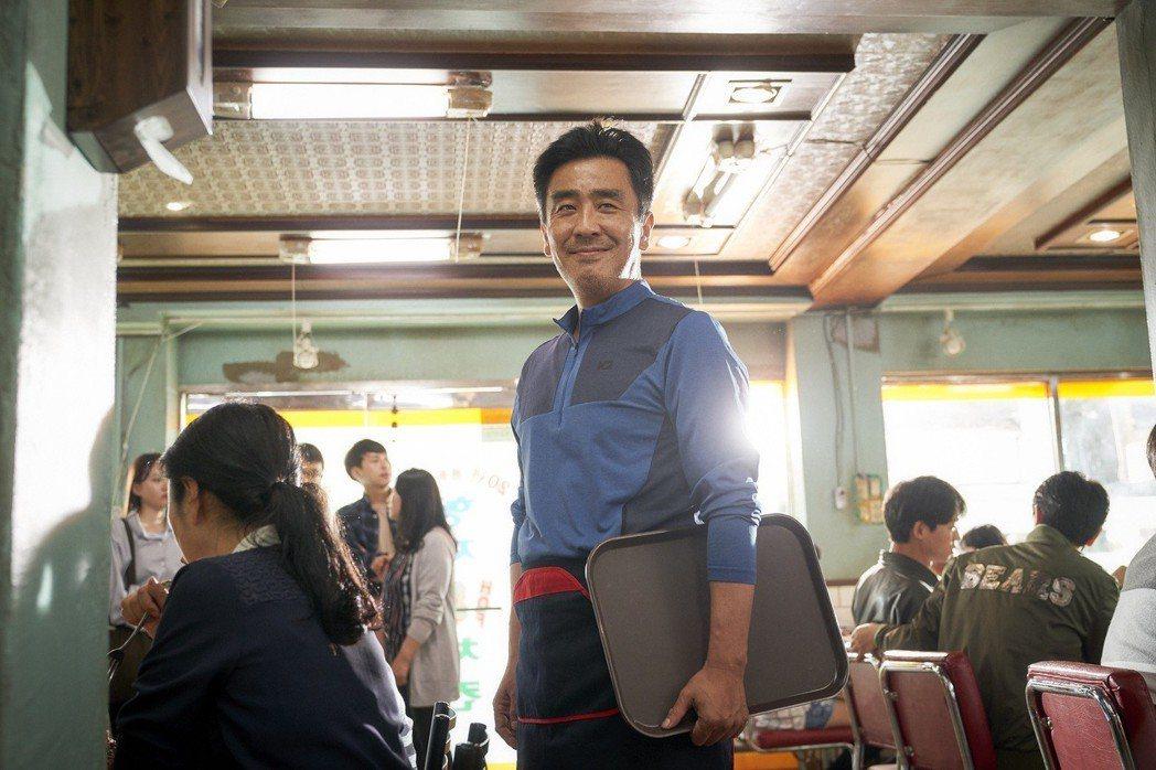 韓國影帝柳承龍,在電影中化身埋頭苦幹、憨傻老實的刑警。 圖/Catchplay提...
