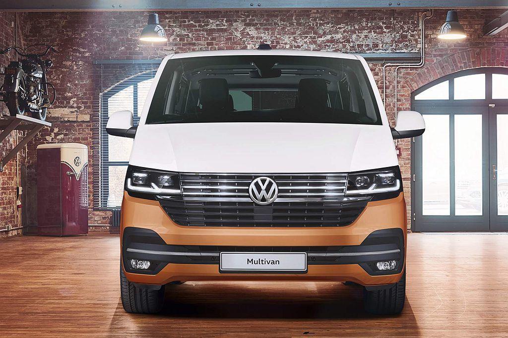 外觀最大改變之處在於車頭,採用面積更大、更霸氣的新式鍍鉻水箱護罩,契合嶄新頭燈組...