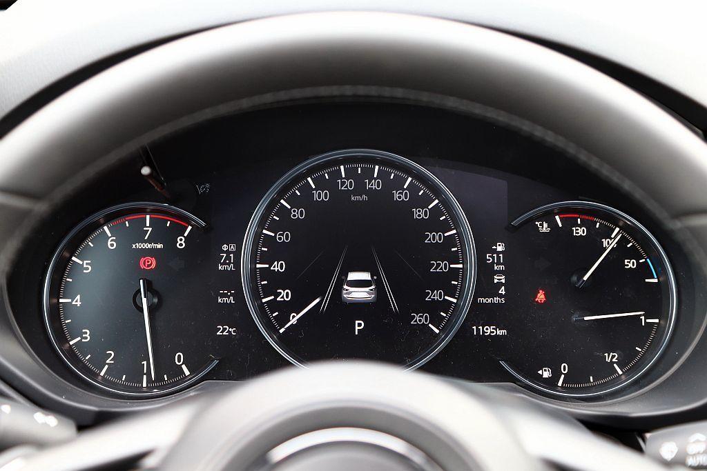 中央時速顯示幕升級7吋全彩數位螢幕,用更清晰的圖示呈現告知駕駛行車狀態。 攝影/...
