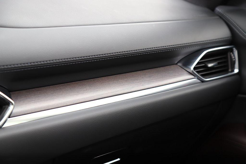 Mazda CX-5 SKY-G 2.5L AWD旗艦進化型內裝改採實木飾板,使...