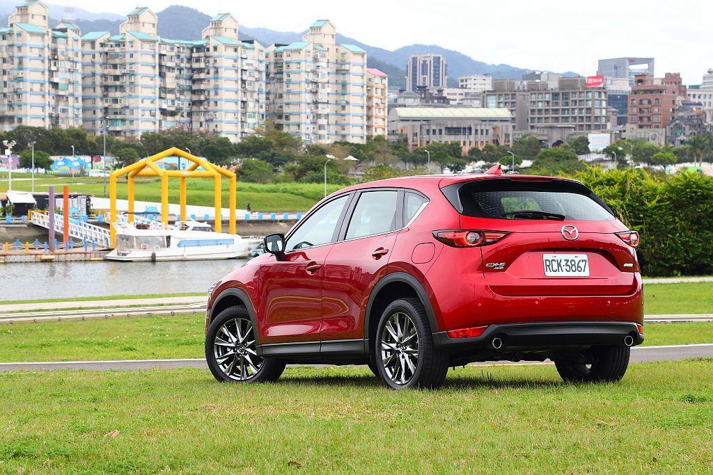 縱使Mazda CX-5 SKY-G 2.5L動力更充沛,但比SKY-G 2.0L再高一階的稅金卻讓消費者陷入深思。 攝影/記者張振群