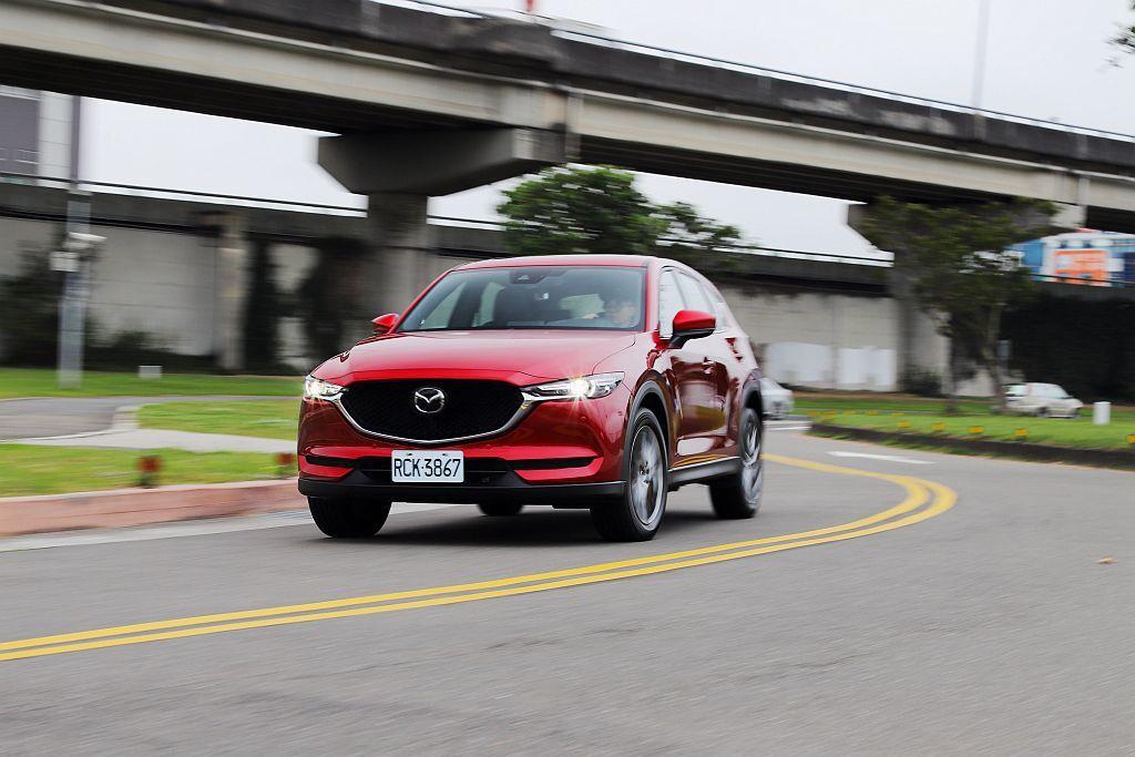 列為全車型標配的GVC+力導引控制技術,則是於出彎後持續介入控制車輛於最順暢的路線行駛,降低車身不安定搖擺提高乘坐舒適。 攝影/記者張振群