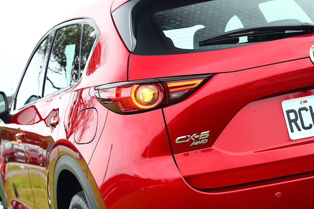 看到新年式Mazda CX-5 SKY-G 2.5L稅金更高一階就想轉頭走,其實不訪試試最頂級的Mazda CX-5 SKY-G 2.5L AWD旗艦進化型後再下最後定論。 攝影/記者張振群