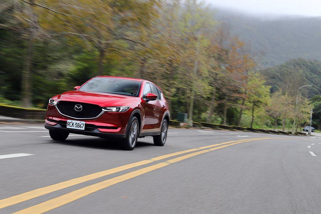 縱使一年稅金比SKY-G 2.0L汽油引擎略多(4,970元),但Mazda Taiwan以內裝質感及更豐富的配備來取勝! 攝影/記者張振群