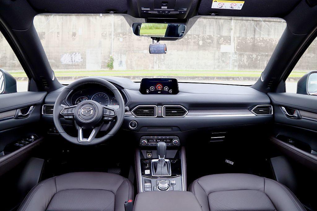 新年式Mazda CX-5內裝並無改動,但SKY-G 2.5L AWD旗艦進化型以更優越的鋪陳細節來提升車艙豪華質感。 攝影/記者張振群