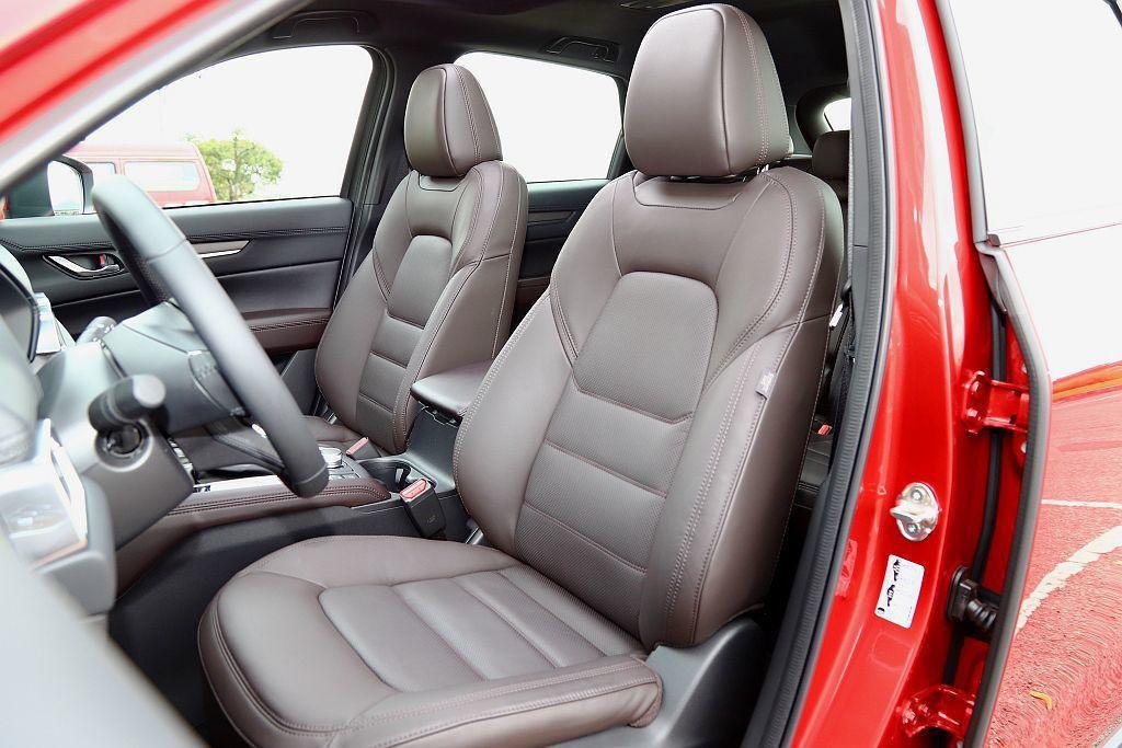 在豪華車款上才能看見的Nappa真皮材質透氣座椅,為Mazda CX-5 SKY-G 2.5L AWD旗艦進化型標配。 攝影/記者張振群