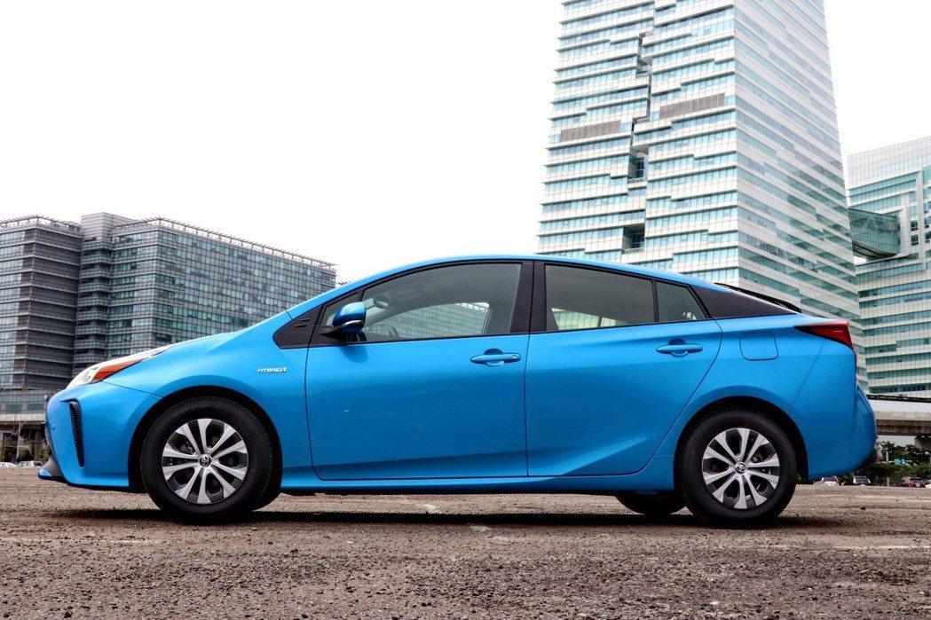 車側部分大致維持小改款前的樣貌,以極為流暢的車身線條,造就0.24Cd低風阻。 ...