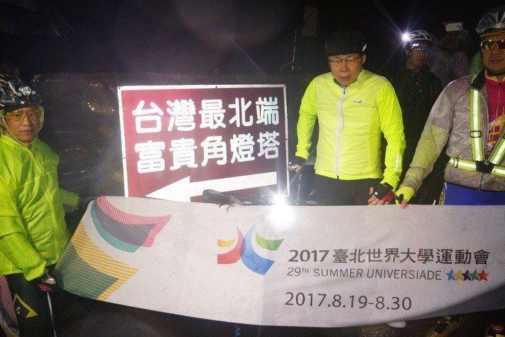 2016年2月27日台北市長柯文哲挑戰一日雙塔,一早從富貴角燈塔出發。 圖/聯合...