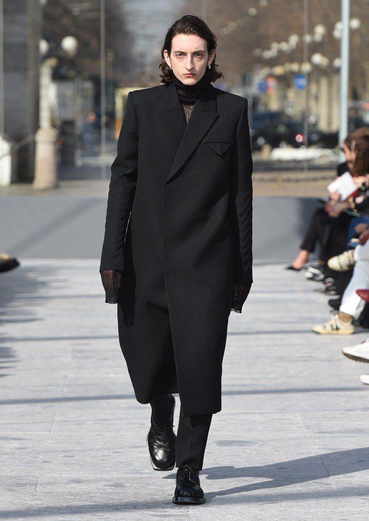 在充滿簡約未來感的材質和輪廓中,不時又能見到許多細節巧思,像是在厚重的外套袖口與...