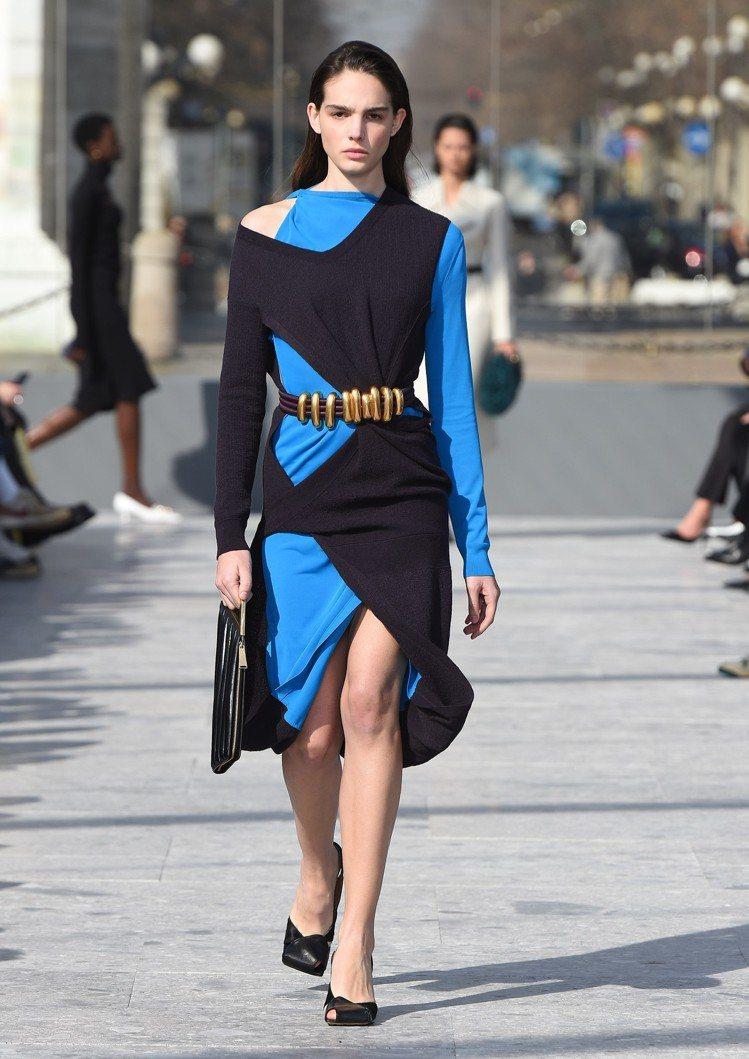 看似貼身優雅的洋裝外罩不規則挖空設計的洋裝,以疊穿的方式展現色彩與布料層次的拼接...