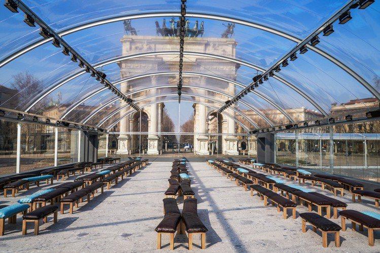 在米蘭知名景點和平門旁,時尚品牌Bottega Veneta打造了一座像是溫室般...