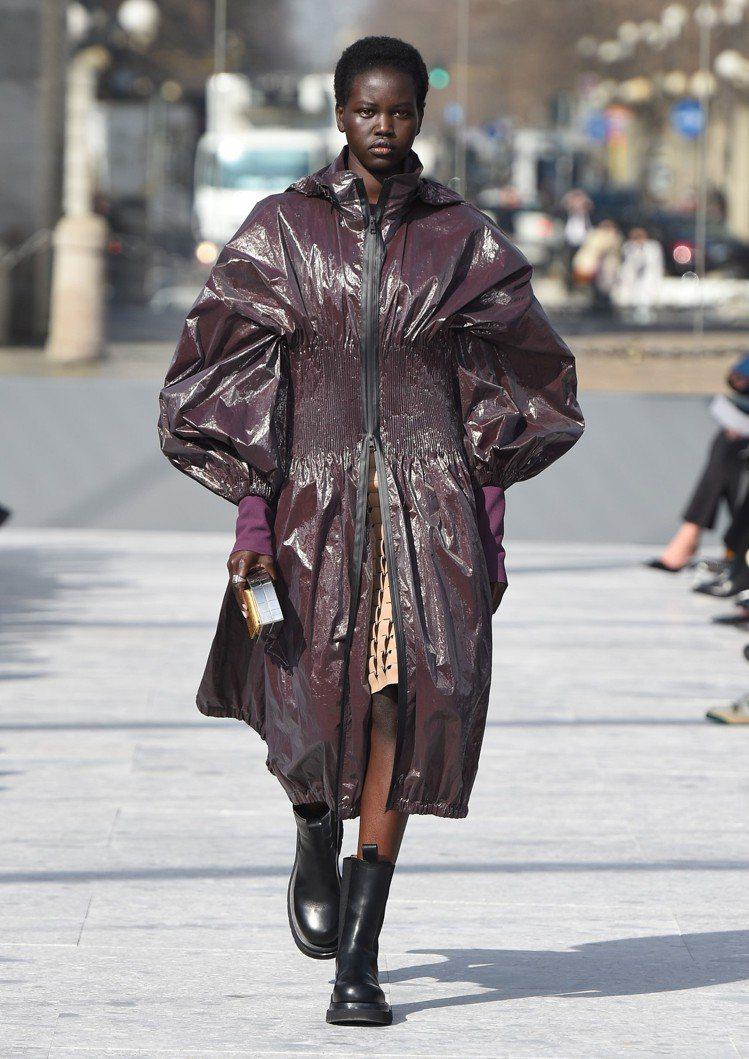 機能性面料外套則以蓬蓬袖和抽繩束腰細節點綴甜美運動風。圖/Bottega Ven...