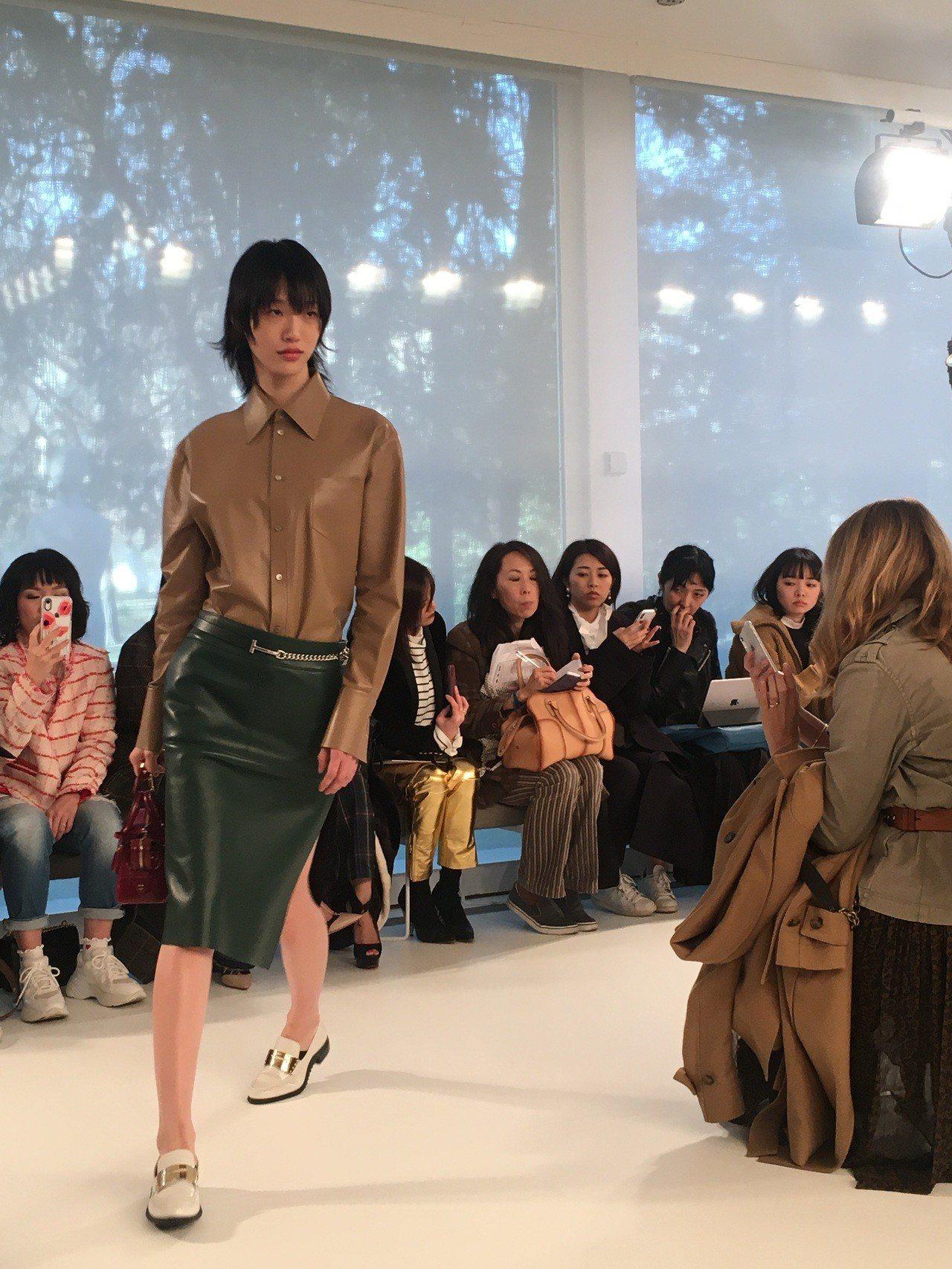 皮革襯衫與皮裙、以對比撞色的方式,讓全身同質料的組合不顯無趣,反而更展現出色塊的...