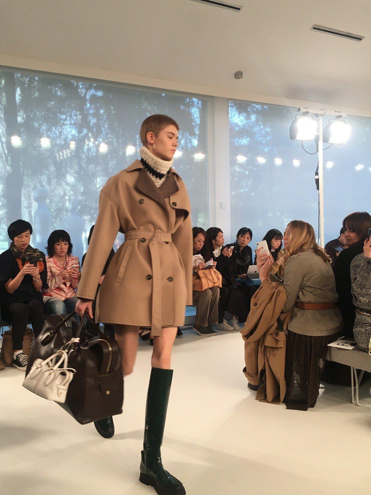 大包外裝飾一個迷你包款,也呼應近來掀起的新一波「小包變大包配件」的潮流。粗高跟鞋...