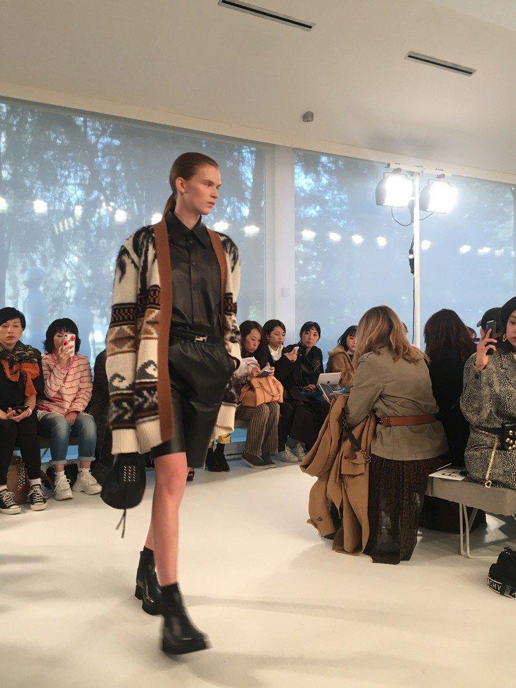 圖騰針織外套注入一絲民族風情。圖/記者吳曉涵攝影