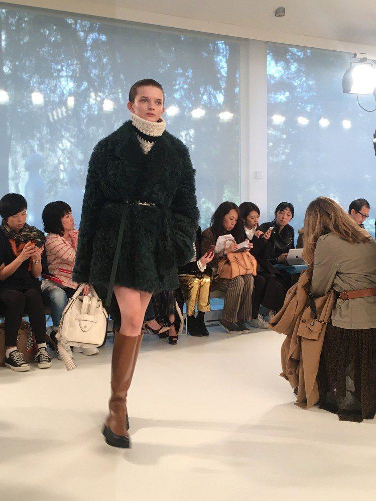 刷毛外套、格紋翻領大衣內搭超高領的毛衣,以束腰穿搭方式打造蓬度,讓外套和大衣宛如...